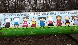 """Uczniowski mural na Targówku zniszczony. """"Pomazane twarze i rasistowskie napisy"""""""