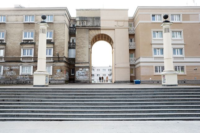 15.02.2019 Warszawa. Ulica Andersa 1. Zabytkowa brama nad kinem Muranów