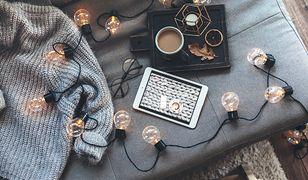 Łańcuch dekoracyjnych żarówek to jeden z wielu wariantów ozdobnego oświetlenia do wnętrz