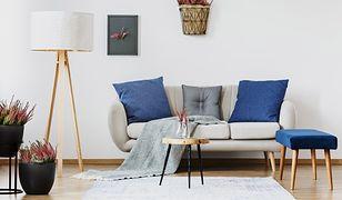 Lampa podłogowa oświetla wybrany obszar w salonie i ułatwia np. czytanie