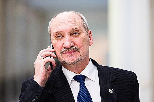 Szef MON Antoni Macierewicz zgłosi do prokuratury sprawę meldunków z 10 kwietnia 2010 roku