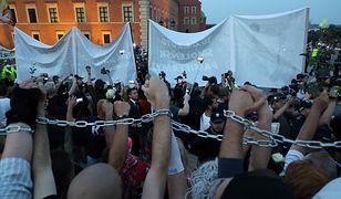 """Protestowali z łańcuchami. Obywatele RP: """"policja zaatakowała na pl. Zamkowym"""""""