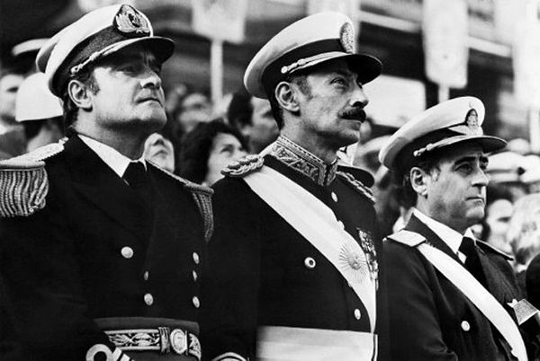 Gen. Videla w towarzystwie gen. Massera (L) i gen. Agostiego (P).