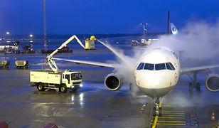 Na odlodzenie średniej wielkości samolotu zużywa się ok. 300-600 litrów mieszanki glikolu i wody