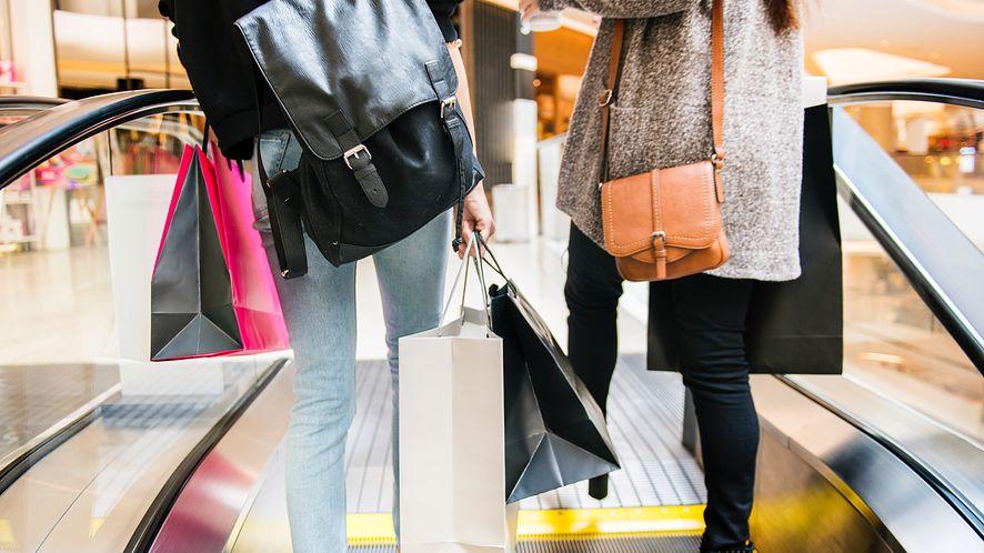 e-Święta Polaków – czy klienci galerii handlowych kupują prezenty online?