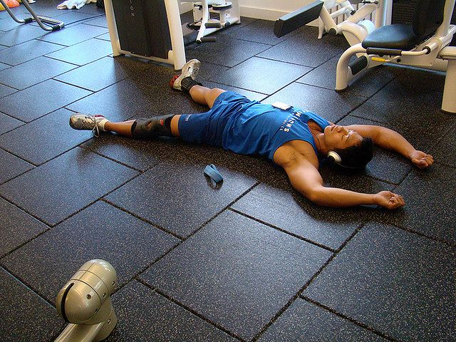 Przetrenowanie objawia się zmęczeniem, apatią, a nawet niechęcią do dalszych treningów.