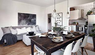 Tradycyjny stół i nowoczesne krzesła to udane zestawienie do jadalni