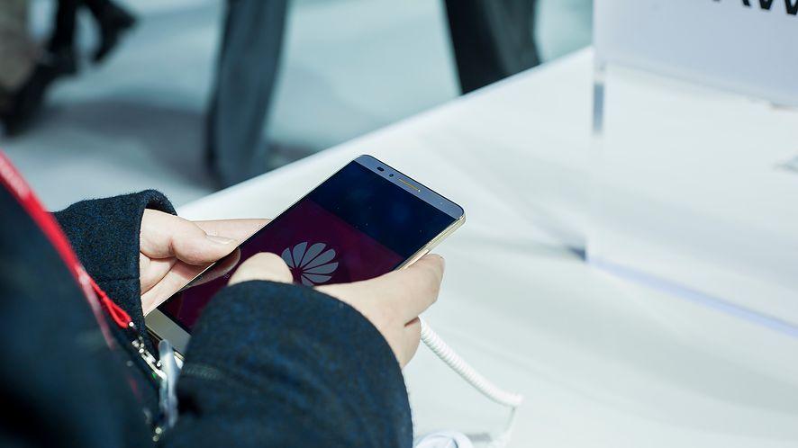 Huawei pracuje nad składanym smartfonem. (depositphotos)