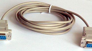 USB, PCMCIA, ExpressCard... - Kabel null-modem używany do połączenia dwóch komputerów bezpośrednio | Zdjęcie: wikipedia.org