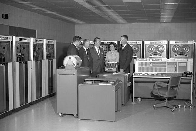 IBM 7090 wymagał klimatyzowanego pomieszczenia, sporo energii elektrycznej i sporo miejsca.