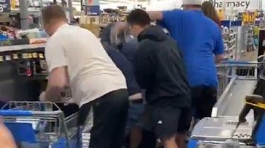 """Atak"" na Walmart. Klienci rzucili się na karty Pokemon - Klienci rzucili się na karty Pokemon"