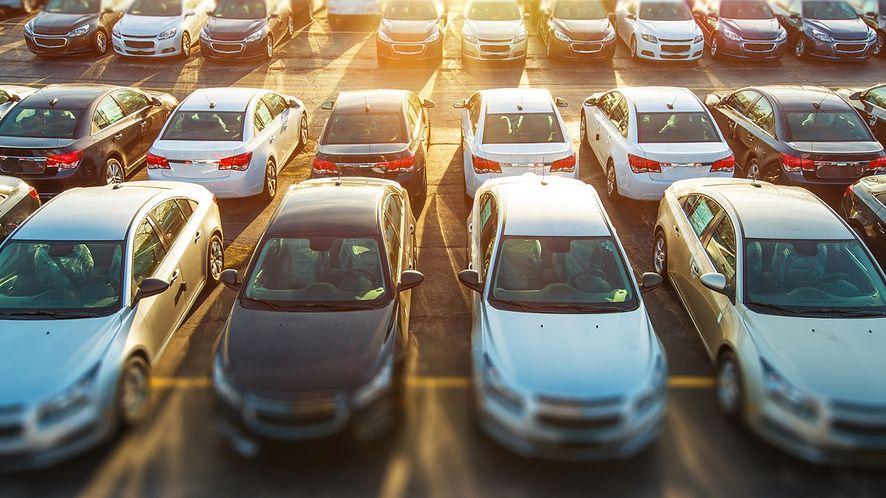 Parking pełen samochodów z depositphotos