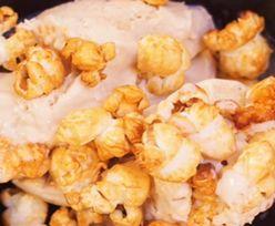 Zachwyć wszystkich! Przepis na lody popcornowe z malinami