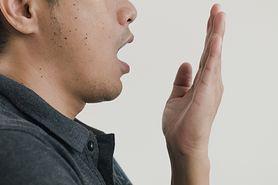 Nieprzyjemny zapach z ust (halitoza) - przyczyny, objawy, diagnostyka, leczenie. Jak dbać o higienę jamy ustnej?