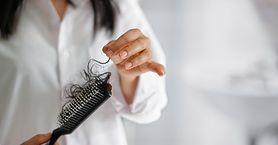 O jakich chorobach świadczy nadmierne wypadanie włosów? (WIDEO)