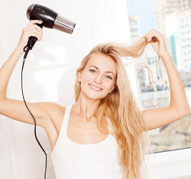 Zwróć uwagę na kąt padania strumienia na włosy