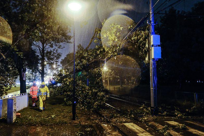 Burze nad Polską. W Warszawie zalane lotnisko. Tysiące ludzi bez prądu