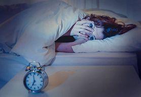 Dlaczego budzisz się w środku nocy? Poznaj najczęstsze przyczyny