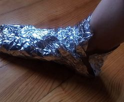 Owiń stopy folią na 30 minut. Sprytny sposób na powszechny problem