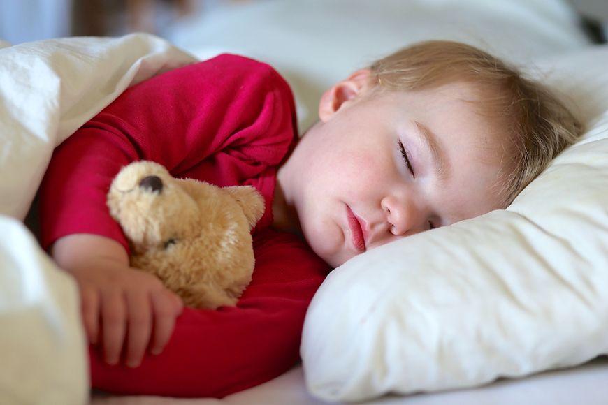 Dziecku ze wstrząśnieniem mózgu należy pozwolić spać