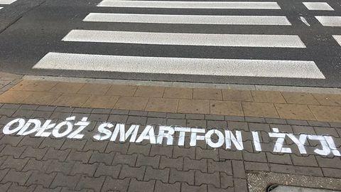 Koniec ze smartfonami na przejściach dla pieszych. Zmiany wchodzą w życie od czerwca