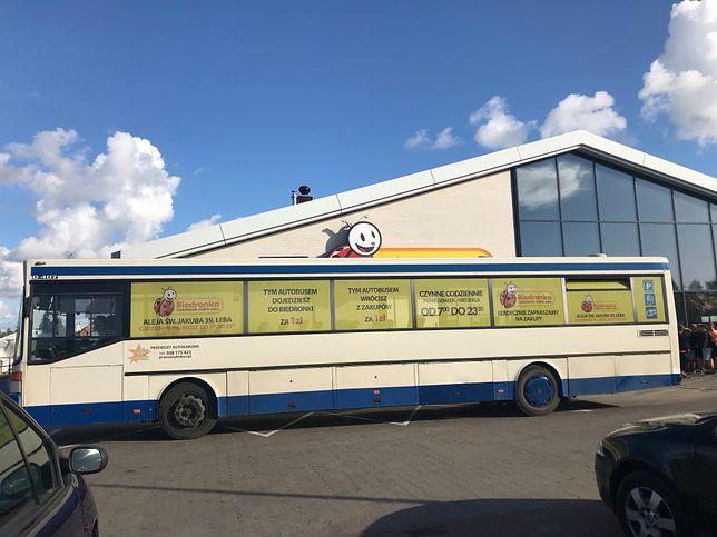 Biedronka wprowadziła komunikację miejską w Łebie. Lokalni handlowcy klną