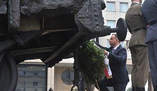 Prezydent Andrzej Duda składa wieniec pod Pomnikiem Poległym i Pomordowanym na Wschodzie