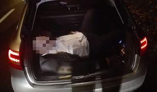 Łatwo wyobrazić sobie, jaki los spotkałby czwartego pasażera w razie uderzenia w tył auta.