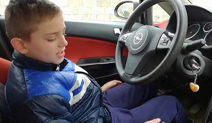 Dziecko za kierownicą i pierwsze lekcje jazdy. Umiejętności chłopca robią wrażenie