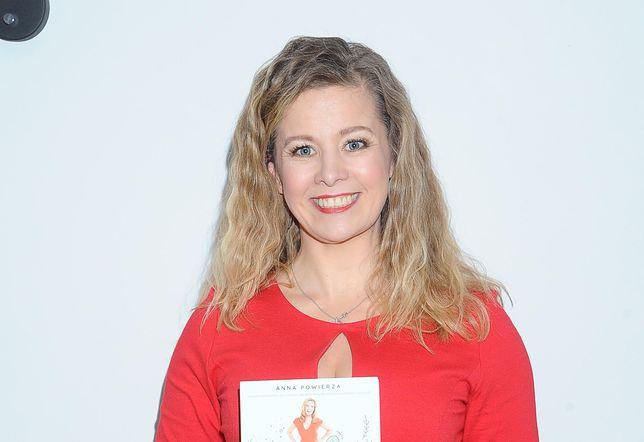 Anna Powierza w czerwonej stylizacji