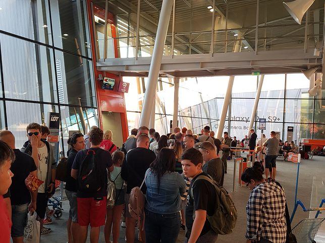Wycieczkowicze uwięzieni na lotnisku Chopina. Już dwa razy zostali cofnięci z pokładu samolotu