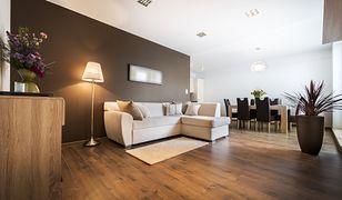 Podłoga w salonie z winylowych paneli jest trwała i elegancka