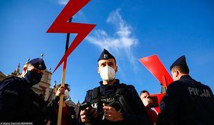 Łódź. Zakazał uczniom używania symbolu Strajku Kobiet. Jest decyzja ws. dyrektora liceum