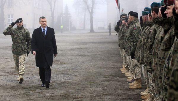 Minister Obrony Narodowej Tomasz Siemoniak wita żołnierzy po powrocie z misji w Afganistanie