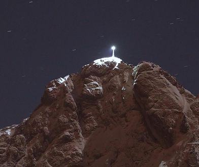 Widok na podświetlony krzyż na Giewoncie w 15. rocznicę śmierci Jana Pawła II.