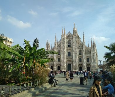 Plac wokół Duomo di Milano bywa pusty jedynie późną nocą