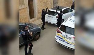 W momencie, kiedy jeden z policjantów zaczął śpiewać piosenkę, mieszkańcy zaczęli wychodzić na balkony