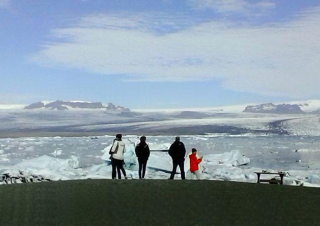 W pobliżu odczuwalne są wstrząsy ziemi, a spod pokrywy lodowej spływa woda i czuć siarkę