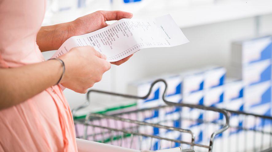 Kobieta w supermarkecie z depositphotos