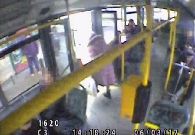 Wjechał w starszą kobietę, gdy wysiadała z autobusu. Policja prosi o pomoc