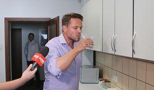 Rafał Trzaskowski pije warszawską kranówkę