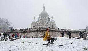Francja. Zimowa ślizgawka na wzgórzu Montmartre w Paryżu