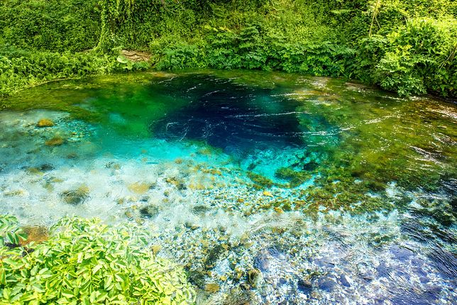 Woda w centralnej części źródła ma ciemniejszy, prawie granatowy kolor i tym samym przypomina tęczówkę