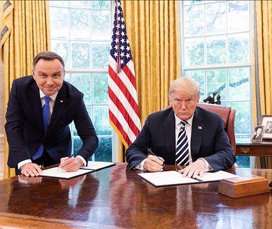 USA: Andrzej Duda podpisywał dokument na stojąco