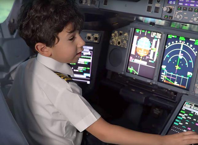 Adam Mohammad Amer został zaproszony przez Etihad Airways do symulatora lotów, by zgłębiać tajniki awiacji