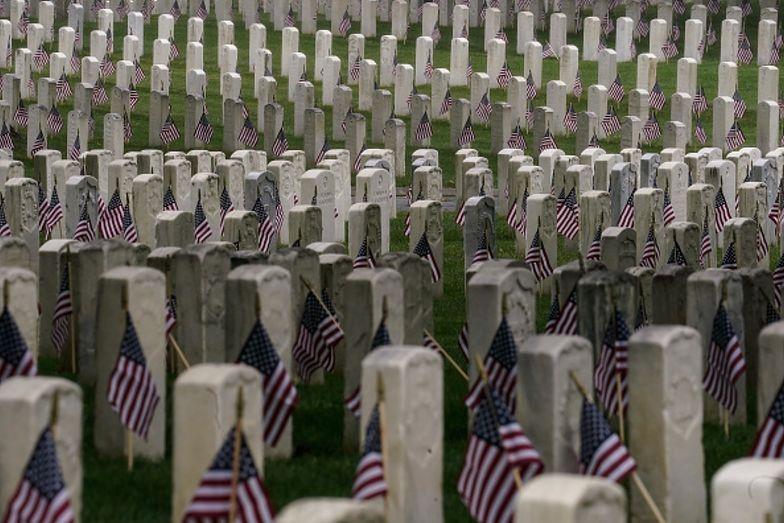 Nagrobki zostały usunięte z cmentarza weteranów. Były na nich swastyki