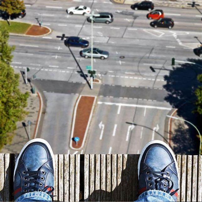 Próba samobójcza w Śródmieściu. Policjantki w ostatniej chwili uratowały mężczyznę