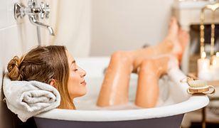 Kąpiel w wannie. Domowe sposoby na umilenie kąpieli
