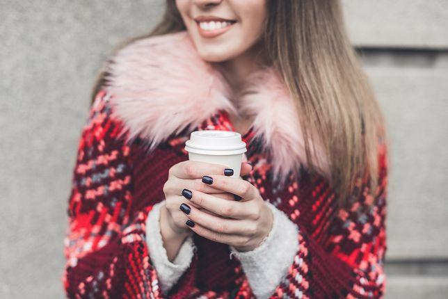 Płaszcz w kolorowy wzór ożywi jesienną garderobę