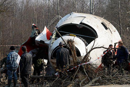 Rosjanie wywożą szczątki samolotu - zdjęcia